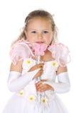 白色礼服的年轻蓝眼睛女孩拿着有蝴蝶的不可思议的鞭子 库存图片