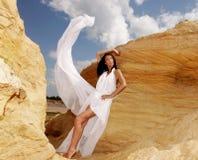 白色礼服跳舞的妇女在沙漠 库存图片