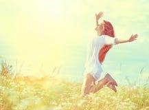 白色礼服跳跃的秀丽式样女孩 免版税库存图片