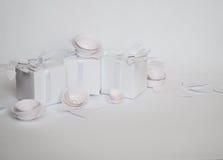 白色礼物和白皮书花 图库摄影