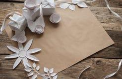 白色礼物和白皮书花 库存图片