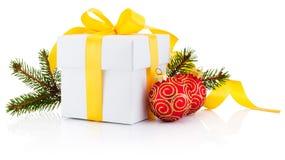白色礼物盒、杉树分支和被隔绝的圣诞节中看不中用的物品 免版税库存照片