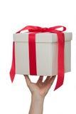 白色礼物盒在手中 免版税库存照片