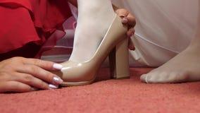 白色礼鞋高跟鞋的新娘 r 妇女佩带的鞋子 股票录像
