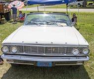1964白色福特Galaxie 500敞篷车正面图 图库摄影