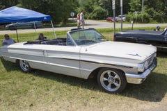 1964白色福特Galaxie 500敞篷车 图库摄影