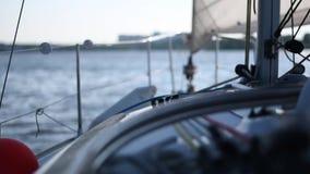 白色私有游艇或小船航行在池塘在夏天 股票视频