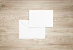 白色空白的信封大模型和空白的信头介绍模板 库存照片