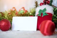 白色空白的名片的大模型图象与圣诞节装饰的 免版税库存照片