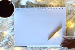 白色空白的纸片在一张木桌上的 与木铅笔的空白的笔记本在床背景 皇族释放例证