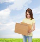 白色空白的T恤杉的微笑的小女孩 免版税库存图片