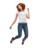 白色空白T恤杉跳跃的十几岁的女孩 免版税库存照片