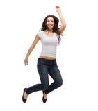 白色空白T恤杉跳跃的十几岁的女孩 库存照片