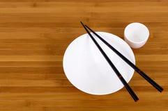 白色空的日本饭碗和缘故杯子筷子 免版税图库摄影