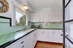 白色空的简单的老厨房在美国房子里 免版税库存照片