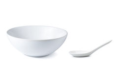 白色空的陶瓷匙子和白色碗汤的 免版税库存照片