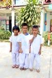 白色穿衣的两身男孩和一身女孩穿戴 库存图片