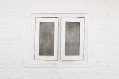 白色窗口和白色墙壁 免版税库存照片