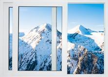 白色窗口有多雪的山峰顶的看法  免版税库存照片