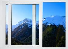 白色窗口有多雪的山峰顶的看法  免版税库存图片