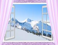 白色窗口有多雪的山峰顶的看法  图库摄影