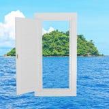 白色窗口空腹架沟有海滩背景 免版税库存图片