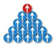 白色箭头跟随一个红色箭头-领导概念 库存照片