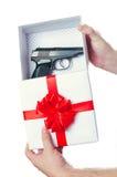 白色箱子关于手枪的一件礼物 免版税图库摄影