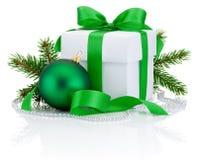白色箱子被栓的绿色丝带弓、杉树分支和圣诞节球 库存图片