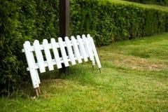 白色篱芭 库存图片