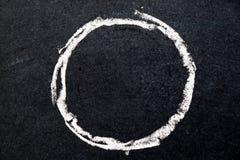 白色粉笔画当在黑委员会背景的圈子形状 图库摄影