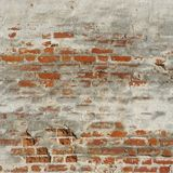 白色红色老砖有损坏的膏药的被绘的墙壁 库存照片