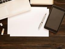 白色纸片与自由空间,笔,片剂,笔记本,我们的 免版税库存图片