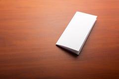 白色纸片在桌上的 库存照片