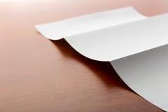 白色纸片在桌上的 库存图片