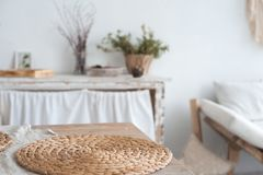 白色织地不很细厨房在背景中被弄脏仿照破旧样式 一张大桌在一个生态样式和顶楼 图库摄影