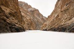 白色结冰的河和山 Zanskar河 Chadar艰苦跋涉 Leh拉达克 印度 免版税图库摄影