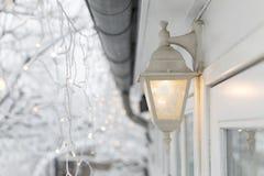 白色结冰的灯外面 免版税图库摄影