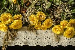白色绣了与黄色玫瑰,在黑背景的干燥分支的边界 免版税库存图片