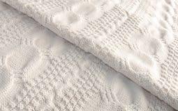 白色编织了被折叠的毯子对角地 免版税库存照片