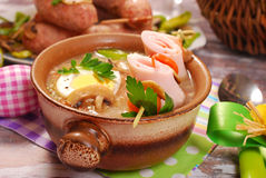 白色罗宋汤用在串的滚动的火腿复活节的 免版税库存图片