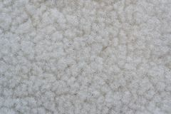 白色羊毛样品用皮革包盖缝合的布料 免版税库存图片