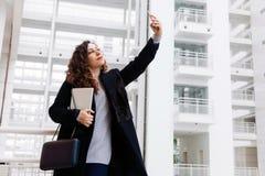 白色美丽的女商人片剂讲电话片剂女孩办公室电话学生经理办公室步自由职业者 免版税库存照片