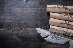 白色羽毛堆葡萄酒纸纸卷 免版税图库摄影