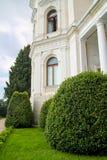 白色老城堡在美丽的庭院里 库存照片