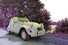 白色老婚礼汽车 免版税图库摄影
