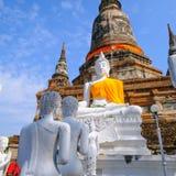 白色老菩萨雕象有在Wat亚伊柴Mongkhon古庙的蓝天背景 免版税库存图片