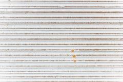 白色老金属百叶窗背景或纹理 库存照片