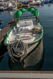 白色老fishermanÂ的小船 免版税库存照片