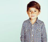 白色背景姿态的微笑的接近的u小逗人喜爱的真正的男孩 免版税图库摄影